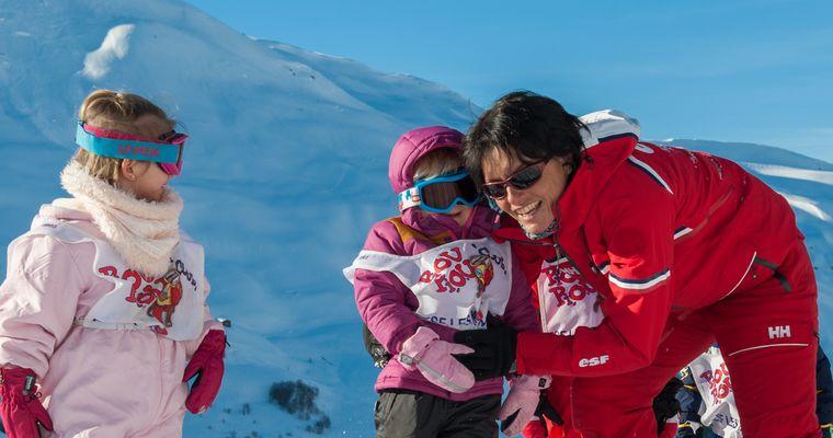 Petites filles et leur monitrice de ski ESF Menuires