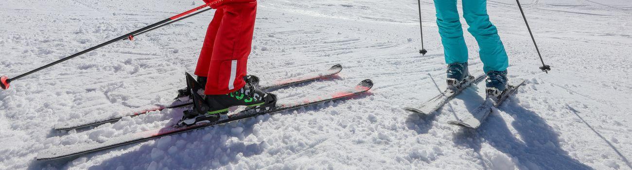 Moniteur et son élève en skis sur les pistes lors d'une explication dans un cours privés