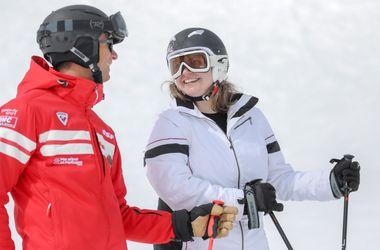Moniteur et son élève en pleine discussion lors d'un cours privé de ski