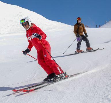 Monitrice et son élève sur les pistes lors d'un cours privés de ski