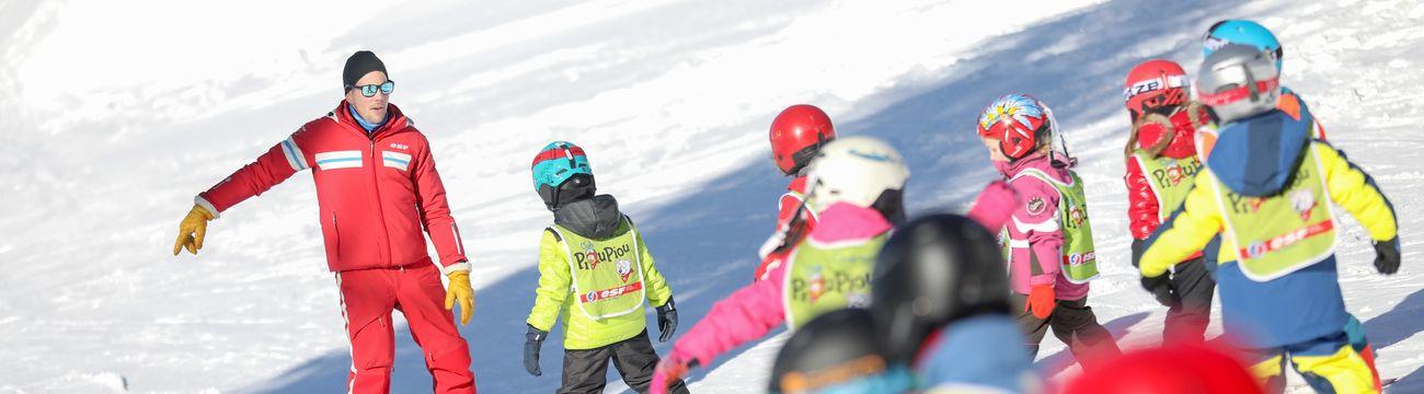 Petits en ski sur les pistes à l'ESF La Colmiane