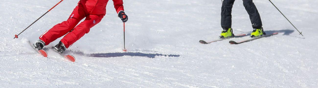 Enfant en cours privés de ski avec sa monitrice