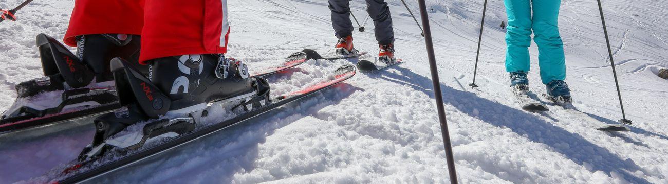 Adultes en ski avec leur moniteur sur les pistes de La Colmiane