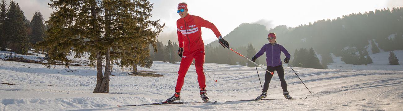 Moniteur et son élève en ski de fond à la station La Colmiane