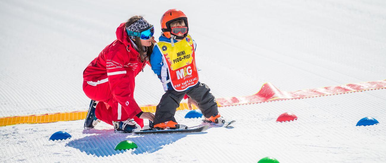 Petit en ski au club Piou-Piou lors d'un exercice