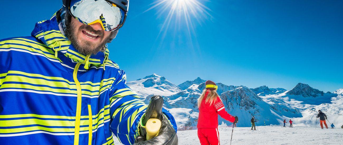 Un adulte avec sa monitrice lors d'un cours de ski