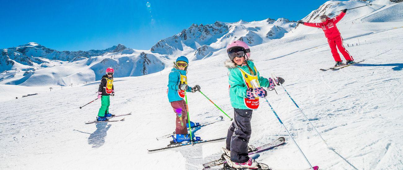 Enfants en skis sur les pistes du domaine de Tignes