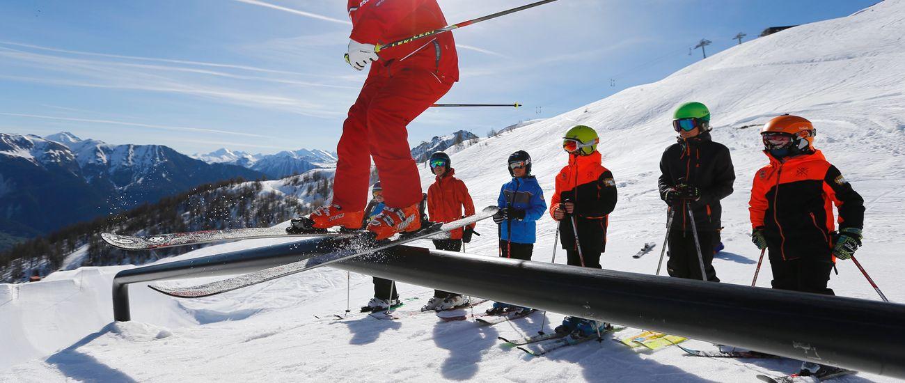 Moniteur en démonstration de Ski Freestyle devant ses élèves à l'ESF Tignes Les Brévières
