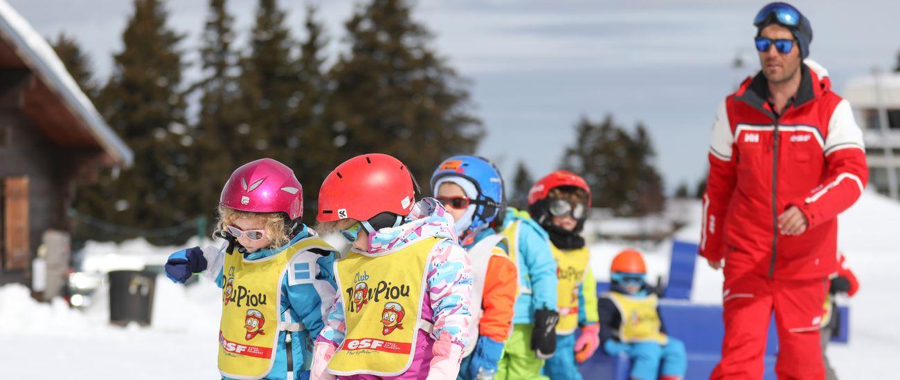 Groupe d'enfants en ski au Club Piou-Piou lors d'un exercice