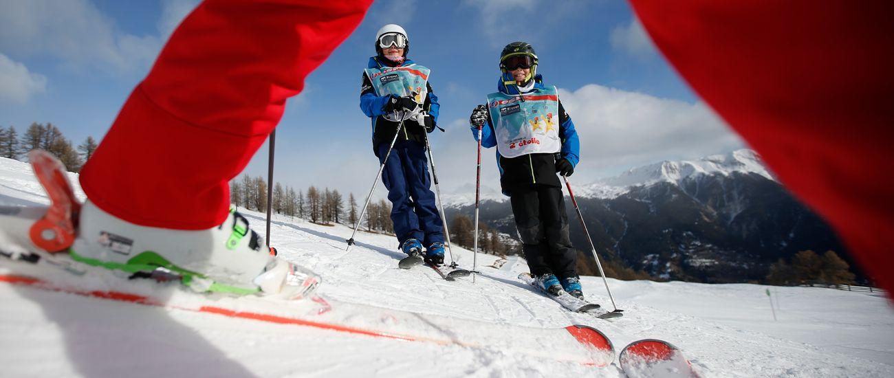 Deux enfants dans leur cours de ski 2ème Étoile à Tignes Les Boisses
