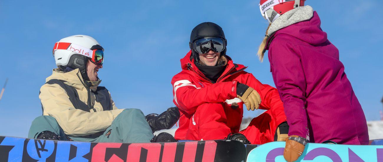 Deux jeunes snowboardeurs avec leur moniteur ESF Tignes Les Brévières