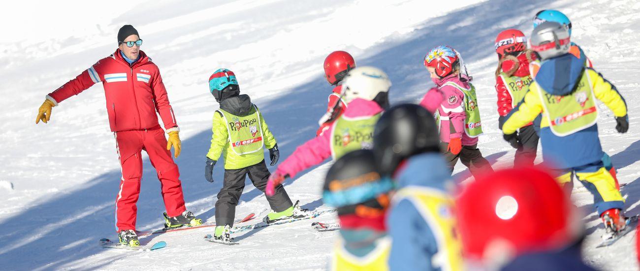 Groupe d'enfants en cours de ski