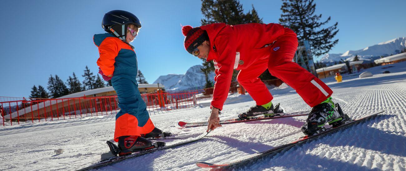 Enfant à ski avec son moniteur ESF lors d'une leçon particulière